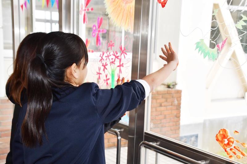 写真:尾道市立栗原北小学校窓アート